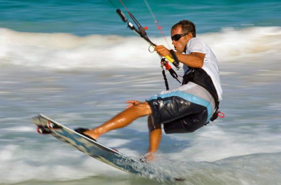 deportista practicando kite surf