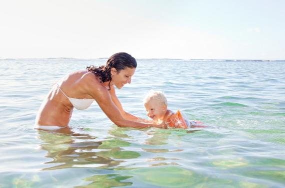 Madre en la playa con su  hijo