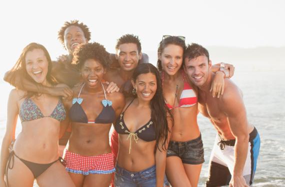 Grupo de turistas e la playa